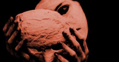 Derrière le masque.